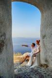 Coppie che posano sull'isola di Santorini immagine stock