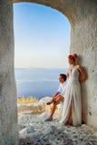 Coppie che posano sull'isola di Santorini fotografia stock libera da diritti