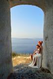 Coppie che posano sull'isola di Santorini fotografie stock libere da diritti