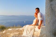 Coppie che posano sull'isola di Santorini fotografia stock
