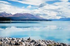 Coppie che prendono le foto davanti al lago Pukaki fotografia stock libera da diritti