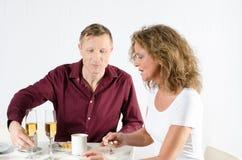 Coppie che prendono pausa caffè e che mangiano un champagne Fotografia Stock