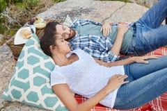 Coppie che prendono un pelo ad un picnic fotografia stock libera da diritti