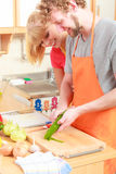 Coppie che preparano il cetriolo della sbucciatura dell'insalata delle verdure Fotografia Stock
