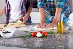 Coppie che preparano pizza Fotografia Stock