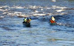 Coppie che remano le canoe   fotografia stock libera da diritti