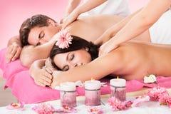 Coppie che ricevono massaggio della spalla alla stazione termale Immagine Stock