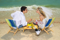 Coppie che riposano sulla spiaggia Immagine Stock