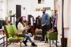 Coppie che scelgono calzature al negozio di vestiti d'annata Fotografia Stock