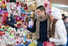 Coppie che scelgono la decorazione di Natale Fotografia Stock