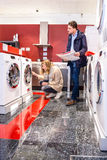 Coppie che scelgono lavatrice nell'ipermercato Immagine Stock