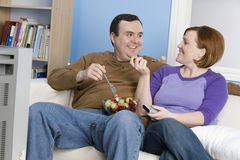 Coppie che se esaminano mentre mangiare fruttifica Fotografia Stock