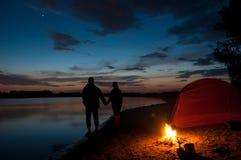 Coppie che si accampano vicino al lago Fotografia Stock