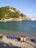 Coppie che si distendono sulla spiaggia Immagine Stock