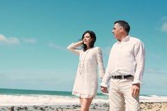 Coppie che si levano in piedi alla spiaggia Fotografia Stock Libera da Diritti