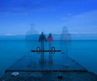 Coppie che si levano in piedi sul pilastro concreto Fotografia Stock Libera da Diritti