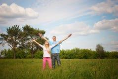 Coppie che si levano in piedi sull'erba Immagine Stock