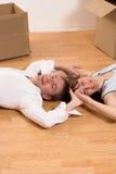 Coppie che si muovono in appartamento Fotografia Stock
