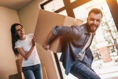 Coppie che si muovono nella nuova casa fotografia stock libera da diritti