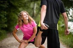 Coppie che si rilassano i loro muscoli della gamba prima del pareggiare Fotografie Stock