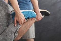 Coppie che si scaldano le gambe prima della formazione Immagini Stock