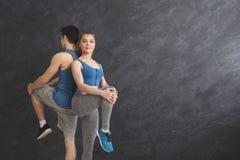 Coppie che si scaldano le gambe prima della formazione Immagine Stock