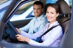 Coppie che si siedono in automobile Fotografie Stock
