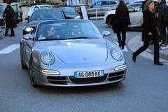 Coppie che si siedono in automobile sportiva convertibile Fotografia Stock Libera da Diritti