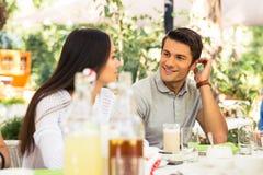 Coppie che si siedono nel ristorante all'aperto Fotografia Stock Libera da Diritti