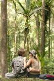 Coppie che si siedono nella foresta Immagini Stock Libere da Diritti