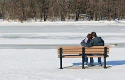 Coppie che si siedono sul banco fotografia stock libera da diritti