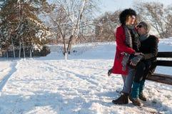 Coppie che si siedono sul banco nell'inverno Fotografia Stock Libera da Diritti