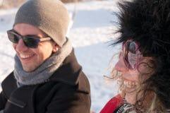 Coppie che si siedono sul banco nell'inverno Fotografie Stock Libere da Diritti