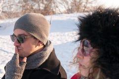 Coppie che si siedono sul banco nell'inverno Immagini Stock