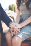 Coppie che si tengono per mano con l'anello di fidanzamento Immagine Stock