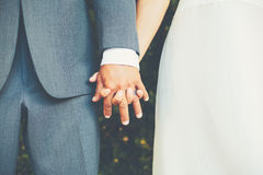 Coppie che si tengono per mano, dettaglio alto vicino di nozze Fotografie Stock