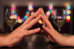 Coppie che si tengono per mano durante la cena romantica Fotografie Stock Libere da Diritti