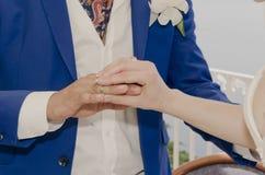 Coppie che si tengono per mano nozze Fotografie Stock