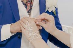 Coppie che si tengono per mano nozze Immagine Stock