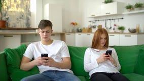 Coppie che si trascurano facendo uso dei telefoni cellulari Le coppie antisociali si trascurano ed incollate ai telefoni cellular archivi video