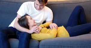 Coppie che si trascurano mentre discussione in salone archivi video