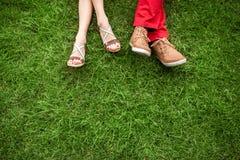 Coppie che si trovano e che si rilassano sull'erba immagini stock
