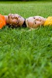 Coppie che si trovano sull'erba fotografie stock libere da diritti