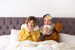 Coppie che soffrono dal freddo a letto immagine stock