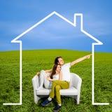 coppie che sognano di nuova casa   Fotografie Stock Libere da Diritti