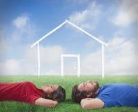 Coppie che sogno di una casa Fotografie Stock Libere da Diritti