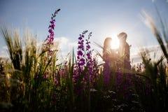 Coppie che stanno nell'erba immagini stock libere da diritti