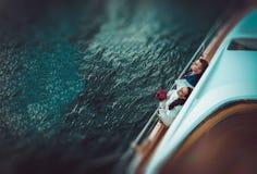 Coppie che stanno su un yacht Fotografia Stock