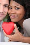 Coppie che tengono un caso del cuore Fotografia Stock