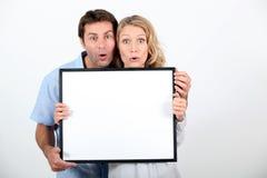 Coppie che tirano un fronte divertente Fotografia Stock Libera da Diritti